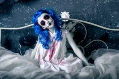 血淋淋的礼服的一点蓝色头发女孩有可怕万圣夜构成的 免版税库存图片