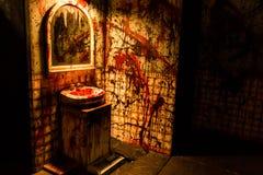 血腥的卫生间谋杀现场 免版税库存照片