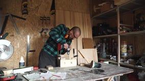 行业、人、木匠业、木制品和人概念-有电钻钻木板条的木匠在 股票录像
