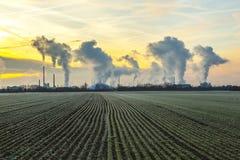 行业工厂烟囱和烟  图库摄影