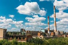 行业横向 冶金植物或工厂 管子,工厂厂房,钢铁制品,铁运转 免版税库存照片