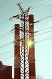 行业横向 在输电线和管子的日落结合热能和动能植物 图库摄影