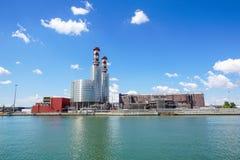 行业横向 有烟囱的热电厂 库存照片