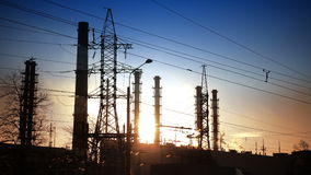 行业横向 输电线和烟从管子结合热能和动能植物 股票录像