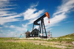 行业油泵俄国 石油工业设备在绿色草甸 库存照片