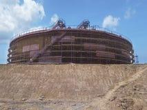 行业油石油化学的精炼厂坦克 库存图片