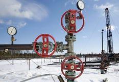 钻行业油西伯利亚适当的西部 与红色阀门的钢管道反对蓝天 免版税库存图片