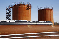 钻行业油西伯利亚适当的西部 在冬天风景的坦克存贮原油 免版税库存照片