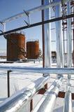 钻行业油西伯利亚适当的西部 在冬天风景的坦克存贮原油 免版税图库摄影