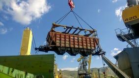 行业海口 汽车的自转有五谷的使用塔吊 免版税库存照片