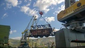 行业海口 汽车的自转有五谷的使用塔吊 免版税图库摄影