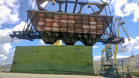 行业海口 汽车的自转有五谷的使用塔吊 图库摄影