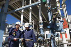 行业炼油厂工作者 图库摄影