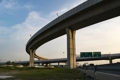 行业环行路 从高的天空的底部的看法 库存图片
