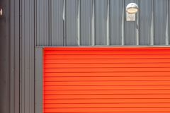 行业设计 嘘明亮的红色金属仓库大厦路辗 库存照片