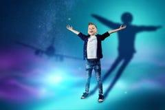 行业选择,孩子的未来 男孩梦想成为飞行员 概念行业,航空,孩子的 皇族释放例证