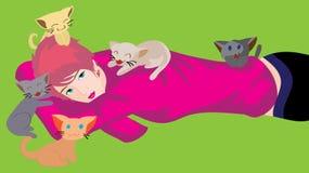 行为似男孩的姑娘和猫 免版税库存图片
