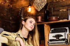 行为似男孩的姑娘概念 梦想的面孔的夫人在格子花呢披肩衣裳看起来逗人喜爱和偶然 偶然成套装备的女孩在木葡萄酒 库存照片