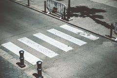 行人交叉路在夏日 免版税库存图片