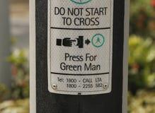 行人交叉路按钮标志 免版税库存照片