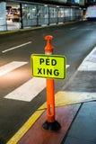 行人交叉路标志在晚上 库存照片