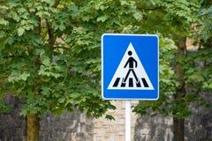 行人交叉路标志绿色背景 库存图片