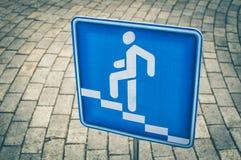 行人交叉路的蓝色方形的行人交通标志反对 库存照片