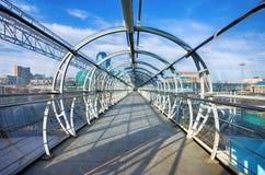 行人交叉路的钢和玻璃桥梁 库存照片