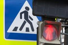 行人交叉路路标和红绿灯 免版税库存图片