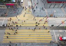 行人交叉路,从重庆大厦,香港的顶视图 库存照片