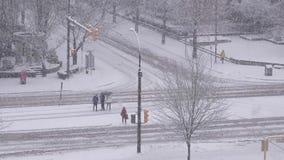 行人交叉路stree和运输流量鸟瞰图  影视素材