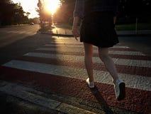 行人穿越道的女孩 免版税库存照片