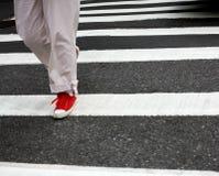 行人穿越道红色鞋子 免版税库存照片