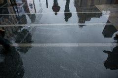行人穿越道水反射剪影 库存图片