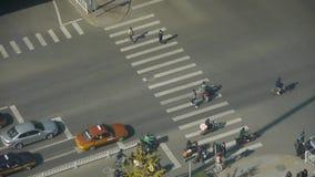 行人穿越道&天桥交通,斑马线鸟瞰图在都市城市的 股票视频