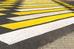 行人穿越道黄色白的警告明亮的颜色 免版税图库摄影