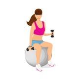 行使与两哑铃重量的美丽的妇女坐-被隔绝的健身球 免版税库存照片