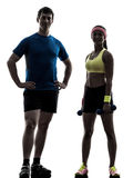 行使与人教练摆在的妇女健身锻炼 免版税库存照片