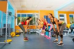 行使与哑铃的健身俱乐部的女孩 免版税库存图片