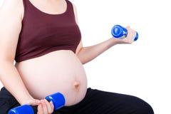 行使与哑铃的孕妇 免版税库存图片