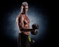 行使与哑铃的适合的肌肉人 免版税库存照片