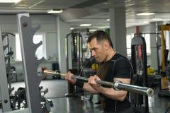 行使与在健身房的杠铃的大力士 免版税库存图片
