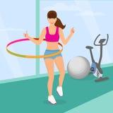 行使与在健身房的hula箍的美丽的妇女 免版税图库摄影