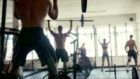 行使与在健身房类的杠铃的人们 股票视频
