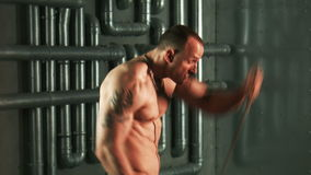 行使与扩展器的坚强的肌肉人 股票录像