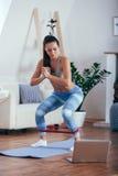 行使与橡胶磁带的运动的运动妇女 库存照片