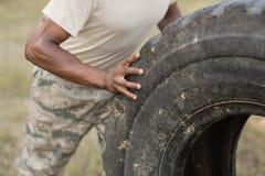 行使与轮胎的军事战士的中间部分 库存图片