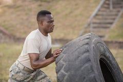 行使与轮胎的坚定的军事战士 库存图片