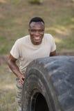 行使与轮胎的愉快的军事战士画象  图库摄影