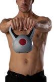 行使与水壶响铃的赤裸上身的运动员的中央部位 库存照片